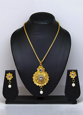 Gold N White Pendant Set